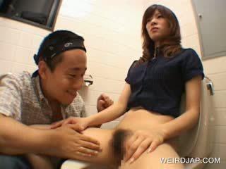 Asiatisch teen mieze gets haarig fotze played mit im öffentlich
