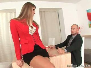 Sekretāre getting viņai pēdas worshipped