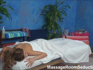 Alexa seduced en geneukt door haar massage therapist op verborgen camera