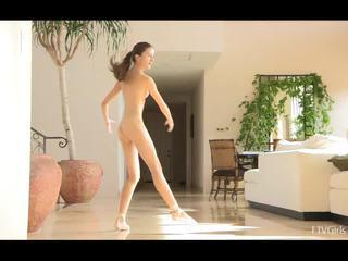 Claire stretching לאחר מכן doing ballet ל מוסיקה