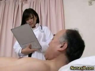 Jap hottie krankenschwester gets dreckig
