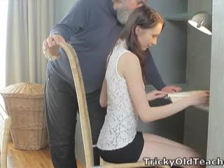 Tricky পুরাতন শিক্ষক: ভাগ্যবান পুরাতন শিক্ষক fucks তার মধুর ভোদা কঠিন.