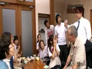 Huono innocent aasialaiset vauva vauva gets pakko- mukaan kimainen mies sisään julkinen