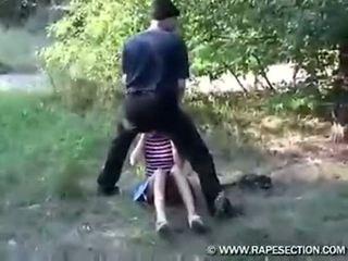 Thiếu niên buộc trong một cánh đồng