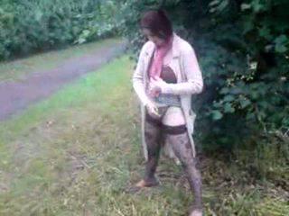 Depraved brunete mammīte uz zeķe urinējošas tāpat a vīrietis ārā