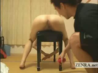 Naakt japan babe squirts poesje juice door speelbal invoeging