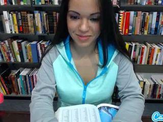 Sexy tiener latina gets naakt en massages haar poesje in publiek bibliotheek