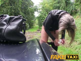 Faketaxi blondine babe geneukt in haar weinig poesje met slipjes rond voeten