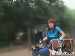 Ázijské násťročné sweeties jazdenie bikes s dildos v ich cunts