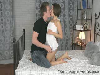 Emily's boyfriend arrives en spreads haar benen breed open naar begin licking haar poesje en vingeren haar bips.