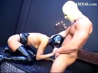 Vergs meitene uz lateks outfit getting karstās wax līdz viņai ķermenis nepieredzējošas dzimumloceklis getting fucked licking masters zābaki uz the apakšzemes cietums