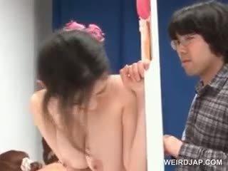 Delicate aziatisch puts condoom op lul in een seks wedstrijd
