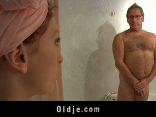 Oldman โรงแรม ลูกค้า fucks a มีอารมณ์ หนุ่ม แม่บ้าน