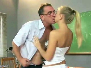 Sexy jovem grávida gaja a foder em torno de maduros pedagogue