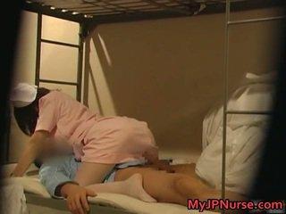 Gekruid japans verpleegster is omhoog voor sommige sexy