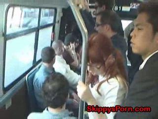 Japońskie uczennica finger fucked na autobus