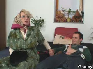 Grootmoeder pleases an jong guy
