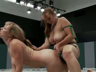 Adrianna nicole og bella rossi spille sex spill xxx spill sammen sammen med en strapon i stedet av wrestling