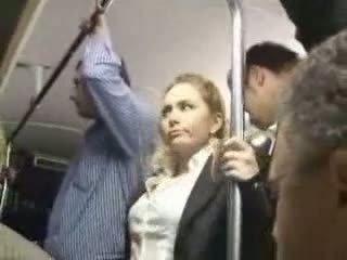 Sexy blondine meisje misbruikt bij bus