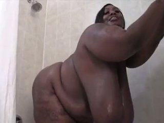 Enorme teta negra ssbbw washes su sexxy cuerpo
