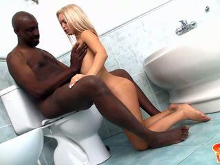 Jovem loira com pequeno peitos gets banged por negra pila em casa de banho