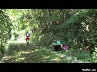 Stora vackra kvinnor grannyen gets körd i den skogs, porr f5