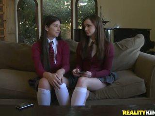2 tieners lily carter en karina blank krijgen een piemel