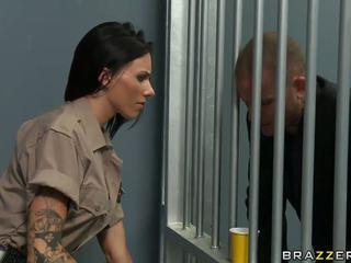 性感 guard hooked 上 prisoner