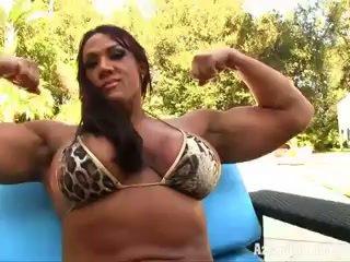 Aziani fer amber deluca female bodybuilder en minuscule bikini