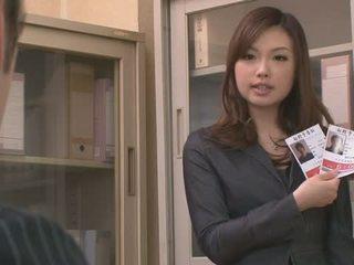 Two guys اللعنة و امرأة سمراء aiko hirose في ال مكتب