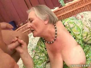 Ļoti vecs krūtainas vecmāmiņa enjoying karstās sekss