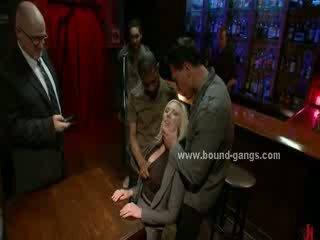Blondie gedwongen naar neuken bar mates in diep ruw mond neuken en groep anaal seks