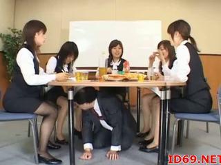 Japonais av modèle gets fingered
