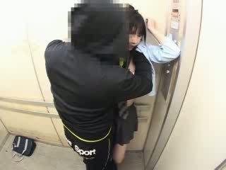 Schoolgirls sagrupētas uz a skola elevator