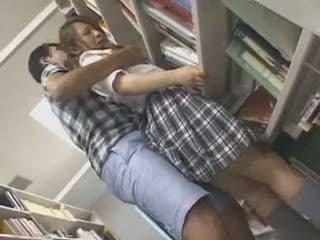 害羞 女學生 摸索 和 used 在 一 文庫
