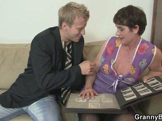 Vieux femme enjoys chevauchée dur bite