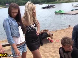 Russisch meisje geneukt hard bij bos video-
