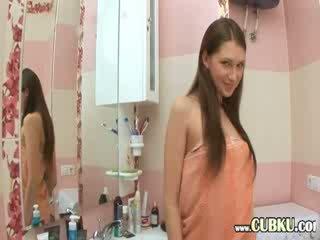 Fingring brunett i den bad