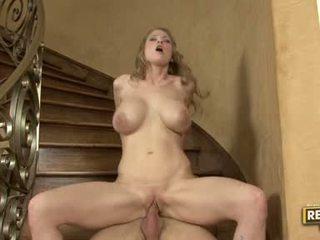 Seks sexbom abby rode slamming haar constricted bald poesje op een rock hard poesje