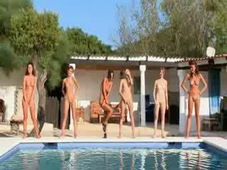 Six नग्न लड़कियों द्वारा the पूल से poland