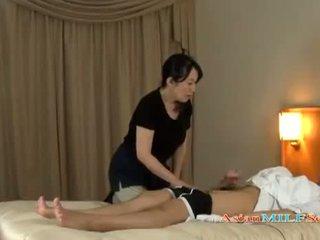 Trưởng thành người phụ nữ massaging guy giving handjob getting cô ấy tits rubbed trên các giường