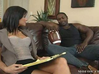Nerātnas brunete skaistule loves getting fucked līdz liels melnas cocks video