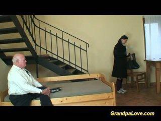 Grootvader in liefde met jong tiener