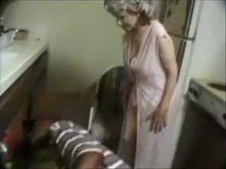 Saya nenek dengan sebuah hitam dude