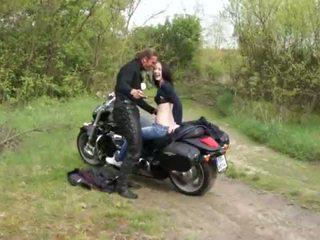 Outdoors jāšanās par pusaudze motorcycle rider