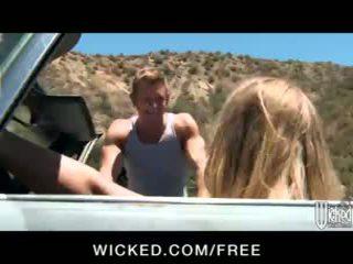 Seksi rambut pirang nicole aniston picks naik sebuah hitchhiker untuk road-side seks