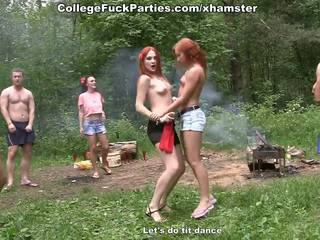 Filthy hogeschool sluts beurt an openlucht party in wild neuken