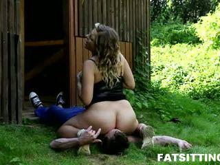 Mollig meisje lenka met facesitting fetisj in actie
