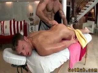 Hunk gets astounding homo masáž