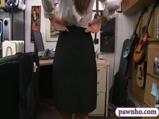 Сексуальна card dealer pawns її twat і screwed в the закулісся